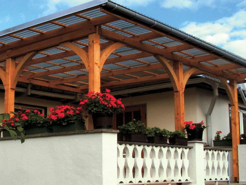 Летняя веранда к дому с деревянным навесом