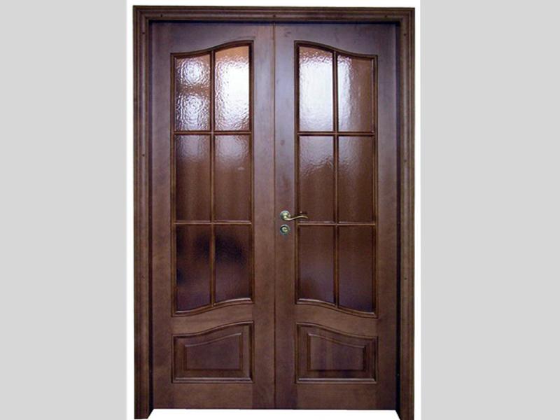 Межкомнатная дверь из ореха со стеклянными вставками