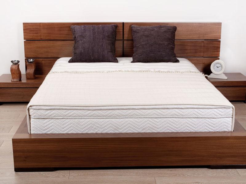 деревянная-двуспальная-кровать-из-ольхи-с-прикроватными-тумбочками