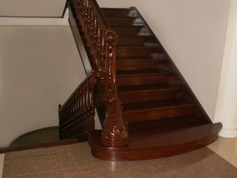 Лестница из бука с резными балясинами