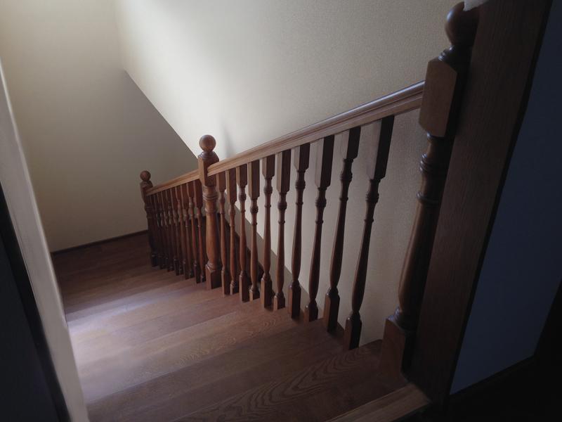 Лестница из массива ясеня, покрытая морилкой