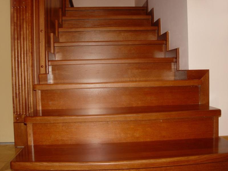Лестница из сосны для дачи