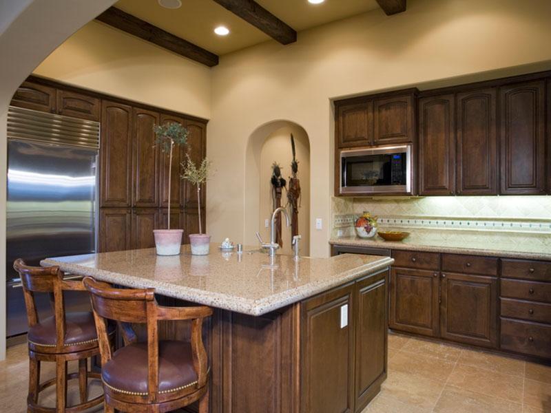 деревянная-кухня-из-бука-цвета-темного-ореха