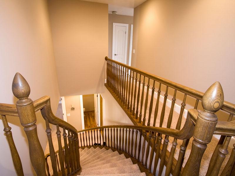 Деревянная-лестница-из-бука-с-тонировкой-под-орех