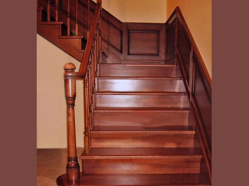 Двухмаршевая лестница из массива дуба с деревянной панелью