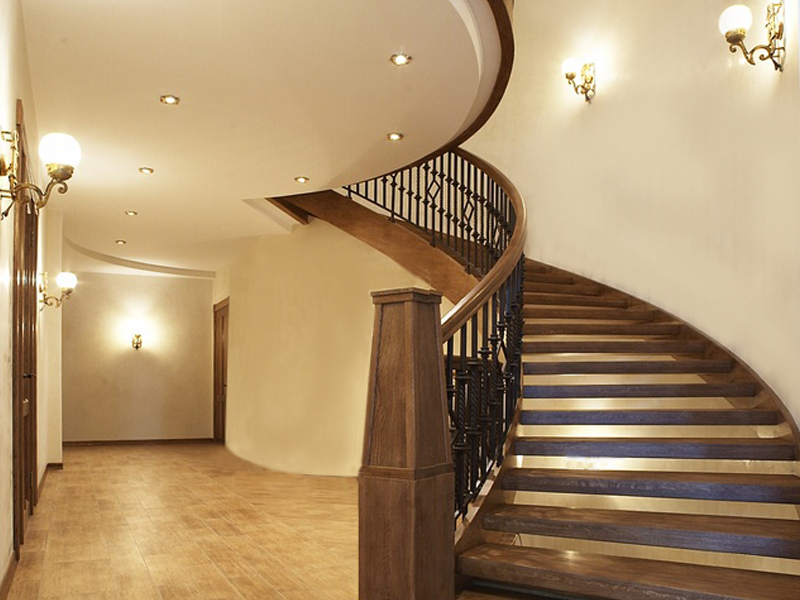 Винтовая лестница из ореха
