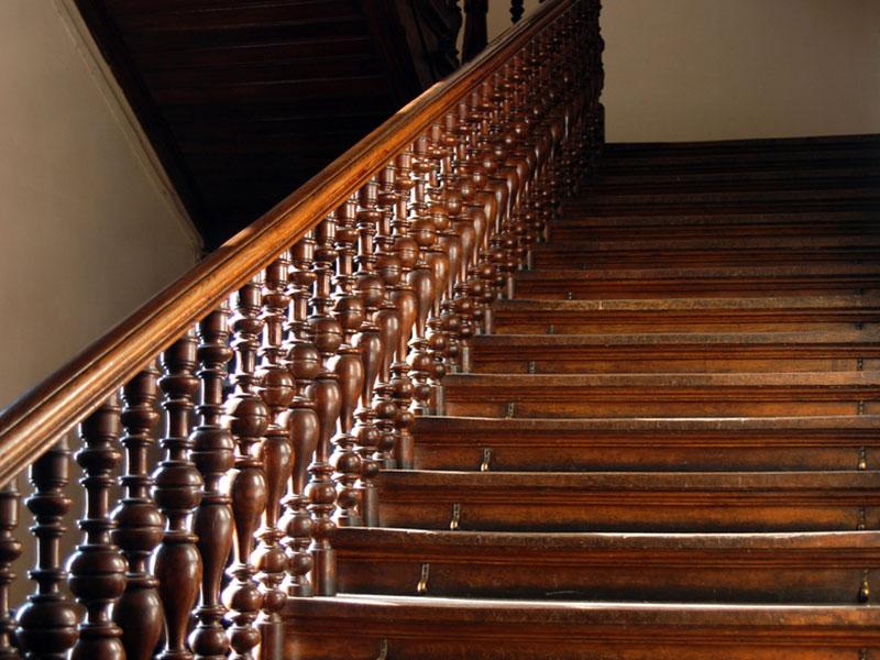 Дубовая лестница-с точеными балясинами
