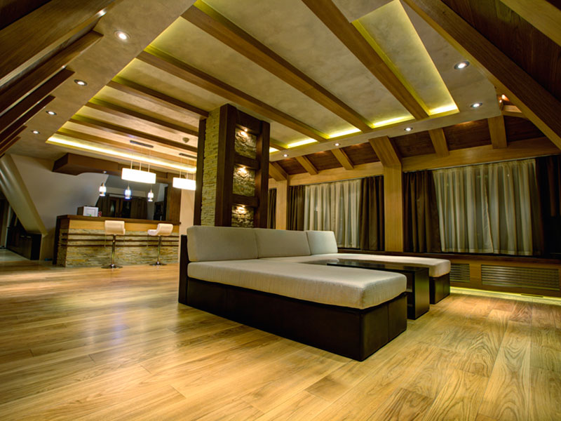 Отделка-потолка-деревянными-балками-из-бука
