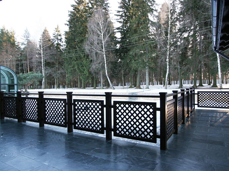 Терраса с деревянными-ограждениями и декорированной сеткой