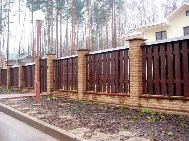Забор-деревянный-для-частного-дома-с-широкими ограждениями