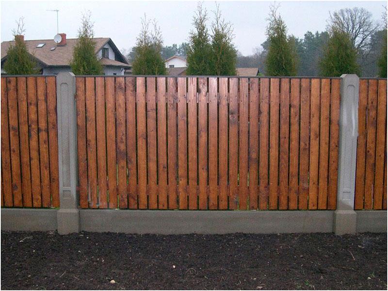 Забор-из-дерева-с-вертикальными-ограждениями