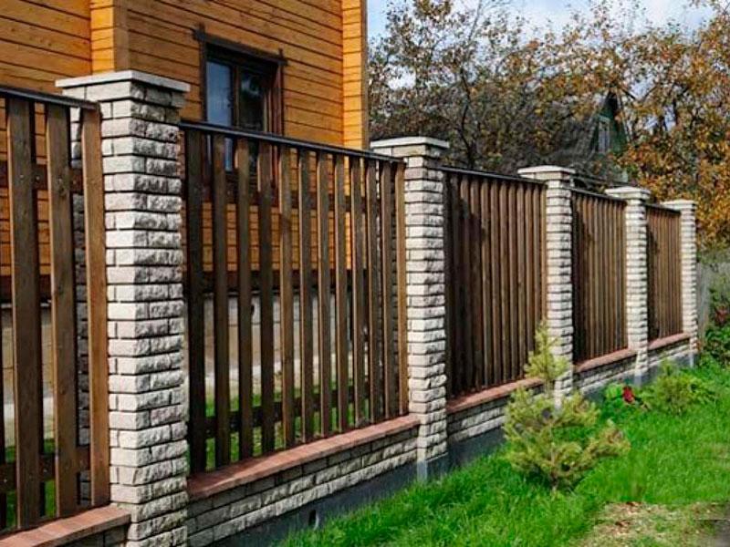 деревянный-забор-для-дома- с- кирпичными опорами