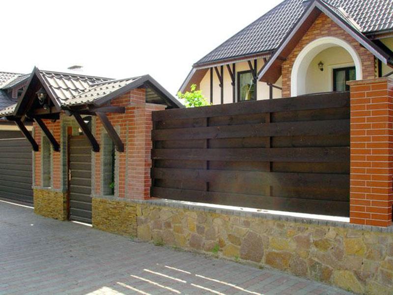 Комбинированный-забор-из-дерева-кирпича-и-камня
