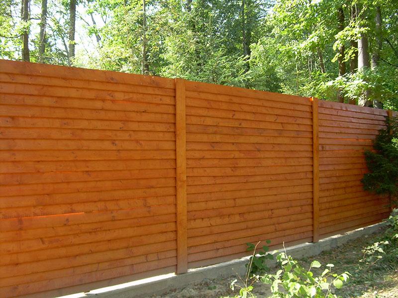 Деревянный-забор-из-сосны-с-горизонтальными-ограждениями