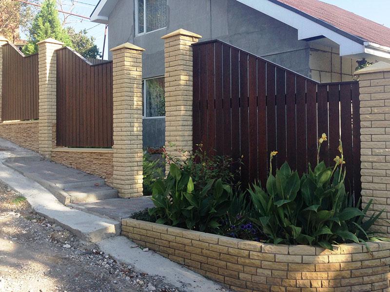 Деревянный-забор-с-крипичными-столбами