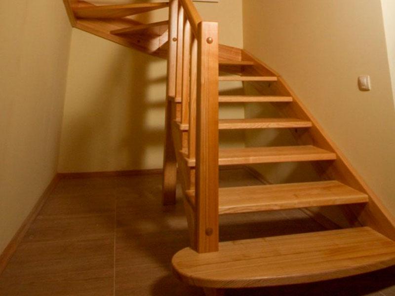 деревянная-лестница-для-дачи-из-массива-дерева