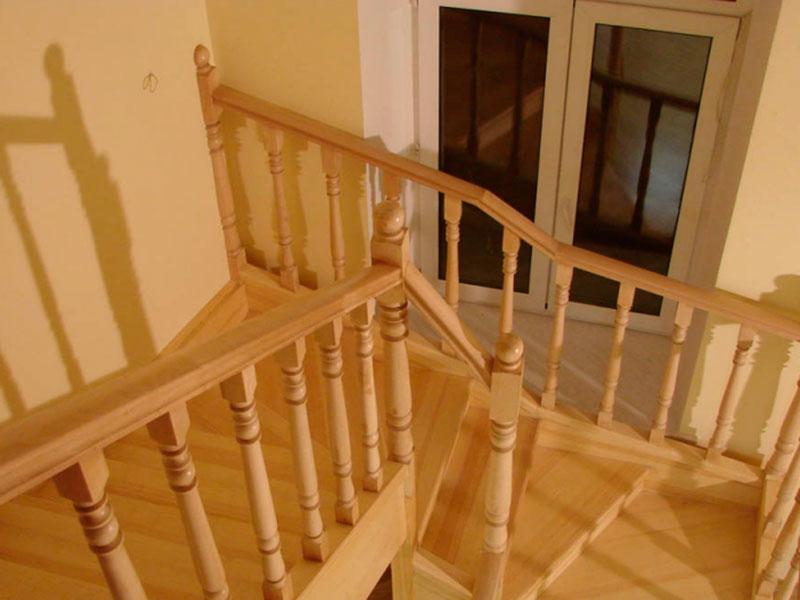 Двухмаршевая-лестница-из-бука