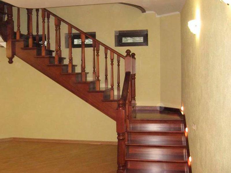 Дубовая-лестница-в-частном-доме