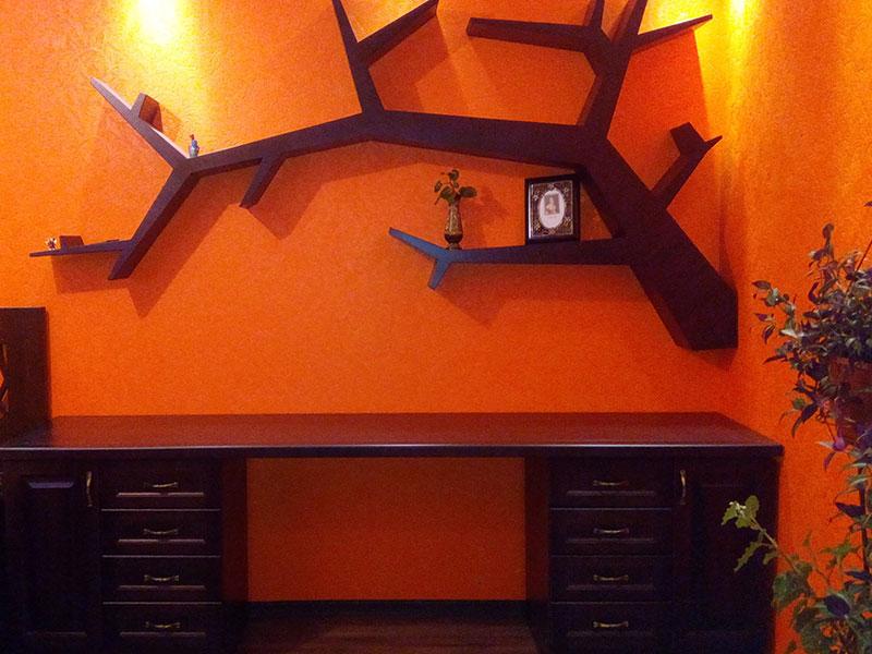 декор из дерева с письменным столом и декоративной полкой