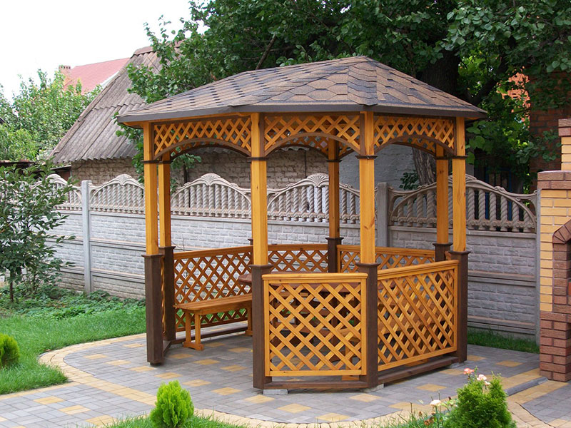 садовая-беседка-из-дерева-со-столом-и-скамейками