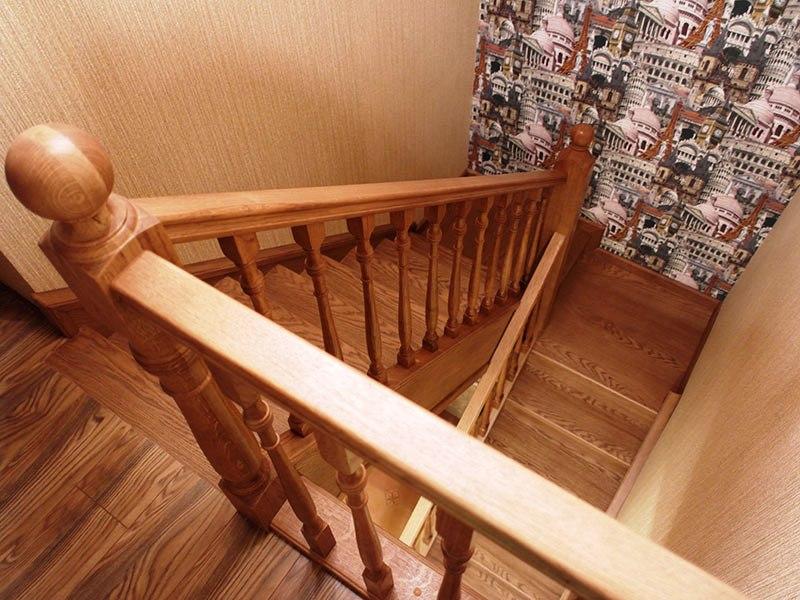 двухмаршевая лестница из дерева