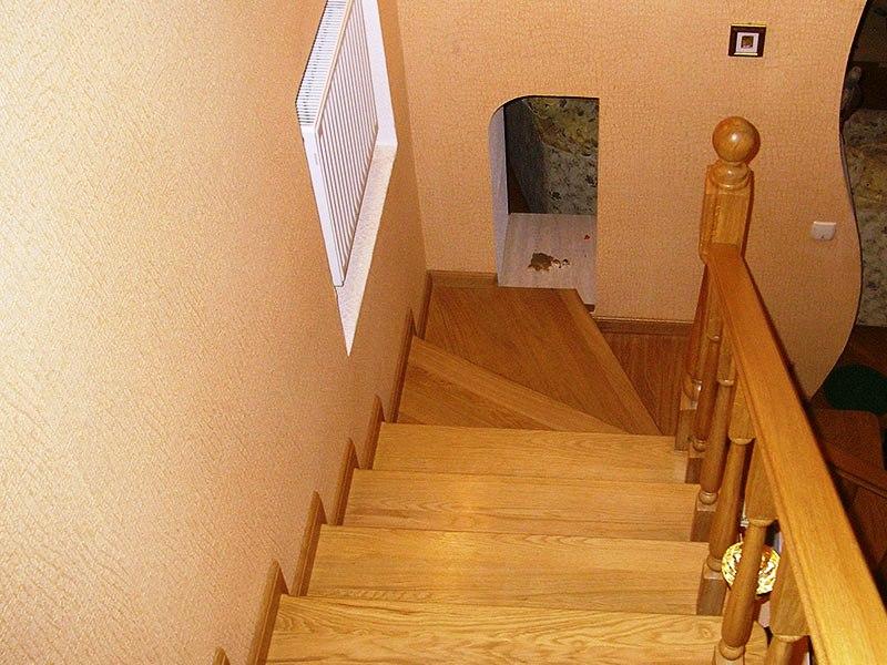 лестница-из-дерева-с-забежными-ступенями
