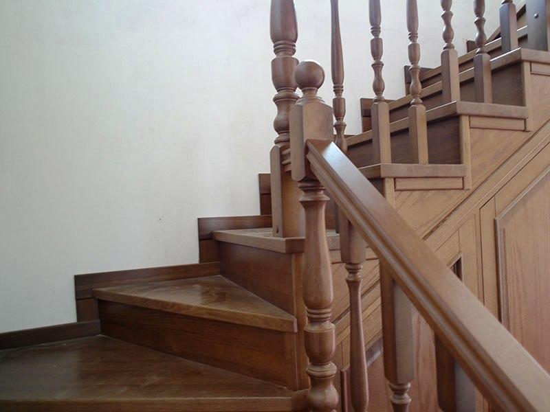 поворотная-лестница-из-дерева