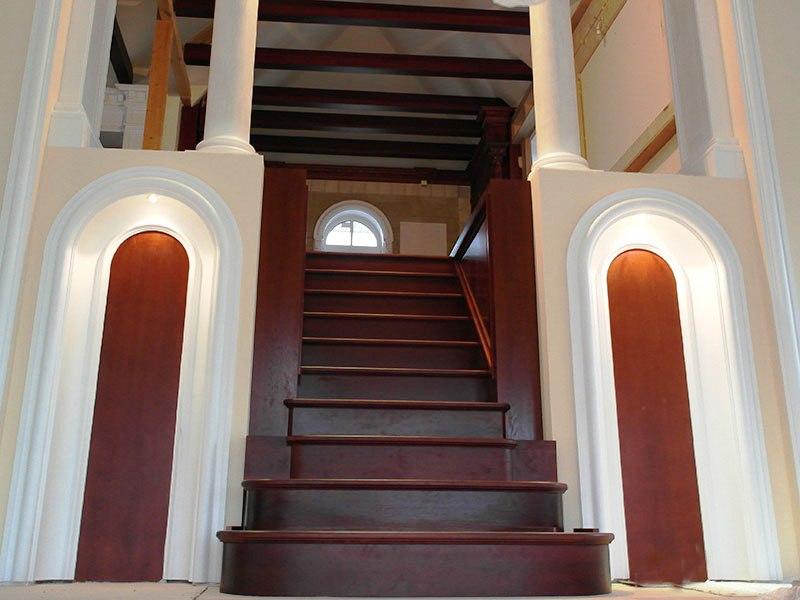 прямая-лестница-из-дуба-с-деревянными-панелями