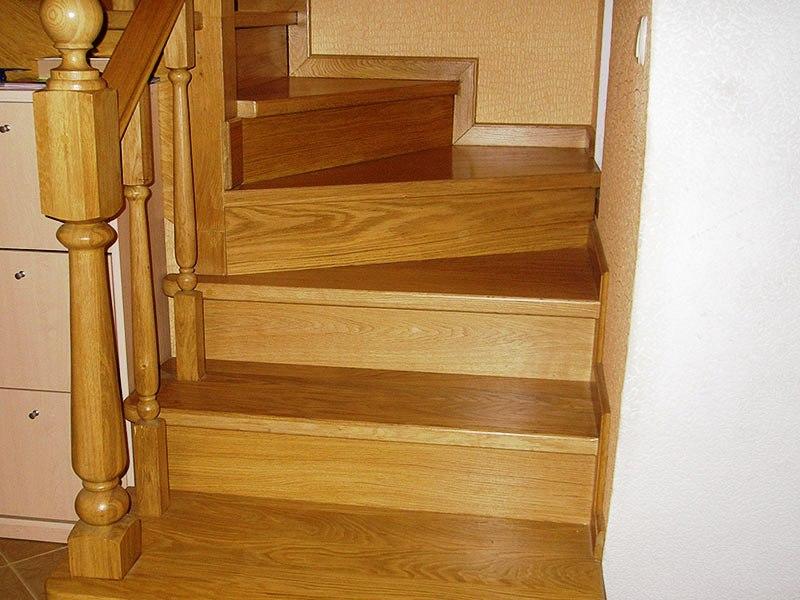 светлая-лестница-из-дерева-для-дачи