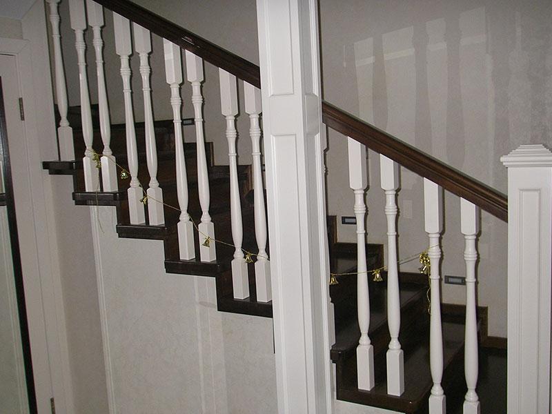 темная-лестница-из-дерева-с-белыми-балясинами